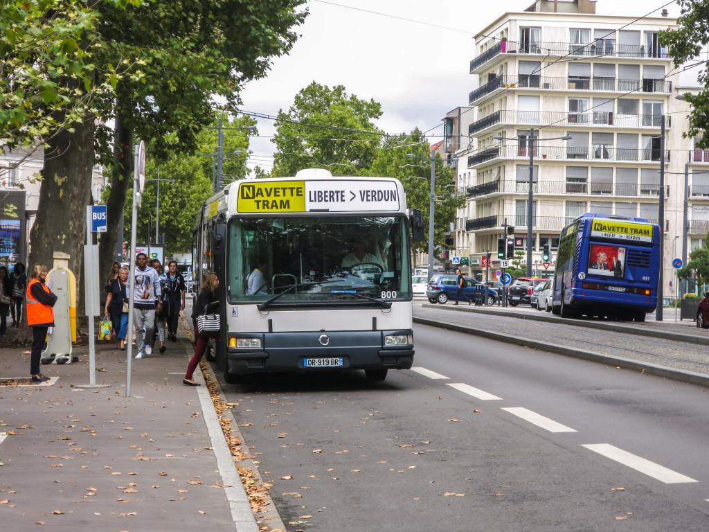 800 Irisbus Agora L Fil Bleu Navette Tram DR-919-BR (80) & 491 CB-072-FC (37) - 1 septembre 2015 (Avenue de Grammont - Tours)_